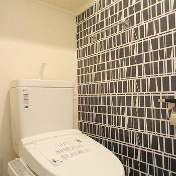 トイレにまでアクセントクロス※写真は3階の同タイプ