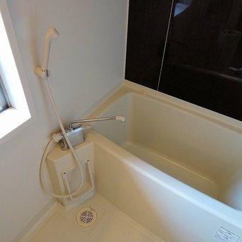 バスルームには嬉しい小窓も※写真は3階の同タイプ