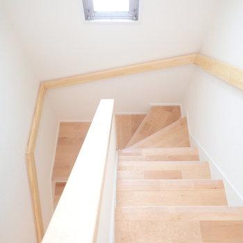 階段にも無垢!そして窓!まるで戸建てのよう。