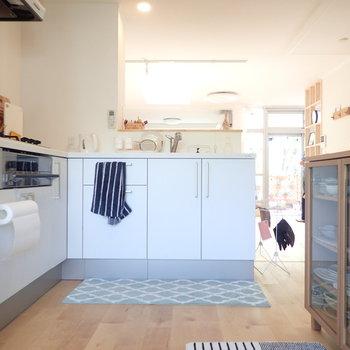 キッチン後ろのスペースに食器棚や冷蔵庫を置けます。