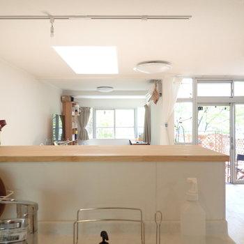 キッチンからの眺め。幸せな光景が目に浮かびますね。