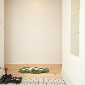玄関は白タイルで明るさをプラス!広めなのも嬉しい。
