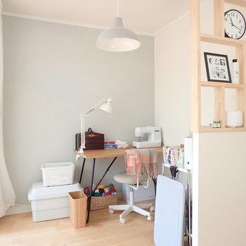 書斎っぽく使えて、お気に入りの空間になりそう!アクセントカラーが涼やか。