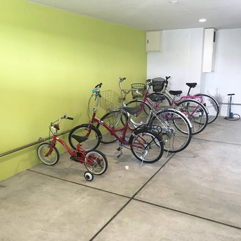 自転車置き場の壁の色いい!