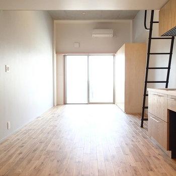 すーっと縦長12.7帖のお部屋です。 ※写真は2階、1Rの別部屋となります。