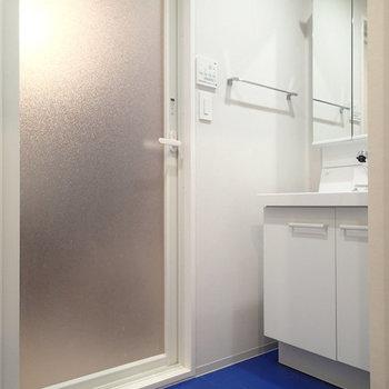 水回りは青の床! ※写真は2階、1Rの別部屋となります。