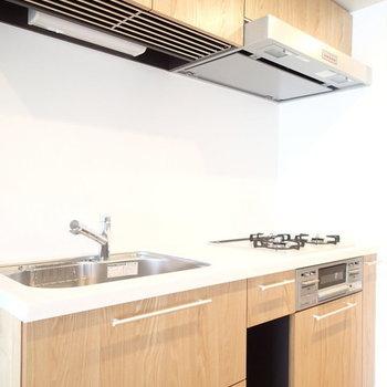 こちらも木材で柔らかい雰囲気のキッチンです。 ※写真は2階、1Rの別部屋となります。