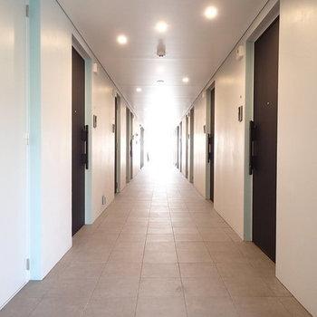 共用部の内廊下もカッコイイ。共用部の内廊下もカッコイイ。 ※写真は2階、1Rの別部屋となります。