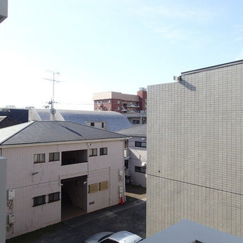 眺望は正面はマンションですが、少し左を向けば抜けていますよ。 ※写真は2階、1Rの別部屋となります。