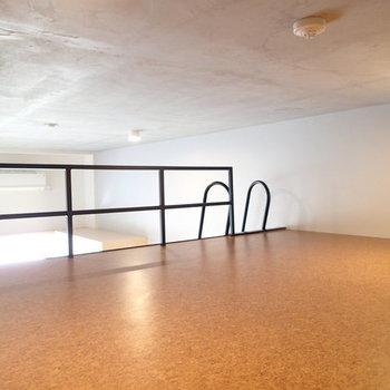 ロフトの天井はそこまで高くないので、収納として考えたほうが良さそうです。 ※写真は2階、1Rの別部屋となります。