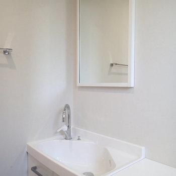 こちらにも洗面器があるのがうれしい。 ※写真は2階、1Rの別部屋となります。