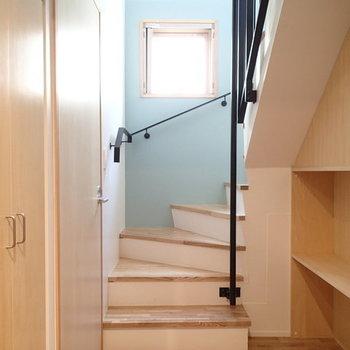玄関入ると水色がお出迎え。 ※写真は2階、1Rの別部屋となります。