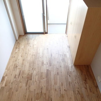 節目のある無垢の床がとってもいい感じ。 ※写真は2階、1Rの別部屋となります。