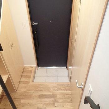 玄関スペースはすこし手狭かもしれません。 ※写真は2階、1Rの別部屋となります。