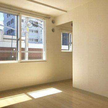 寝室には小窓。