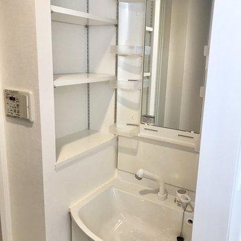 洗面台の横に棚があるって便利◎