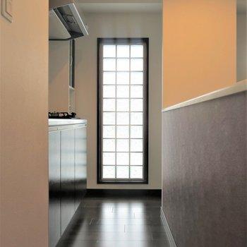 キッチン横にはブロックガラスがあって明るいですね*