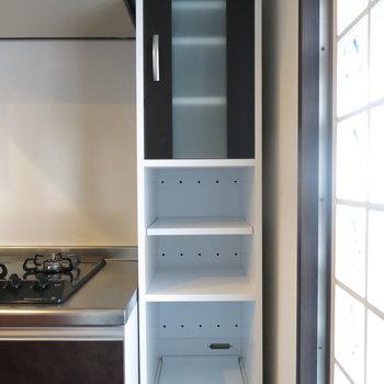 キッチン横には小さめの収納もついてます!