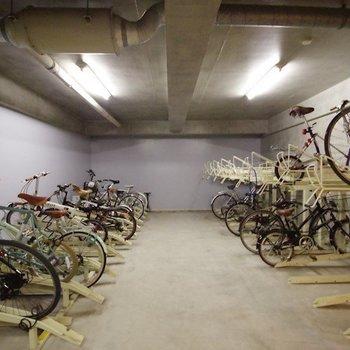 自転車置場は建物の中に。