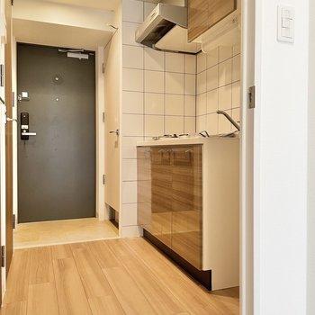 廊下へ出ると、右手にキッチンが。