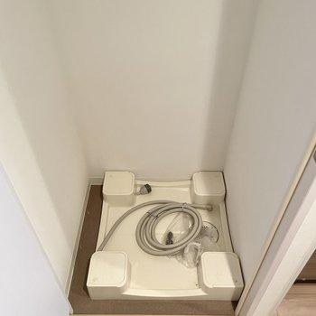 その目の前に洗濯機置き場があります。