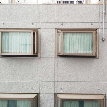 眺望はお隣さんのお家の窓になりますね。