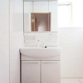 独立洗面台、光が気持ちいなぁ。