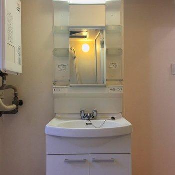 便利な独立洗面台!※クリーニング前の写真です。