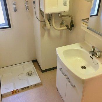 洗濯機置場はもちろん室内!※クリーニング前の写真です。