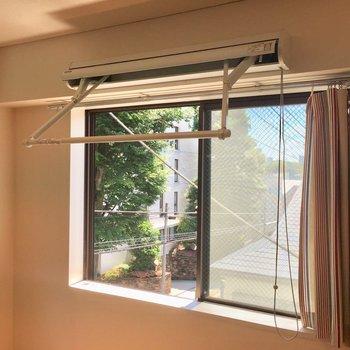 室内干し用の折りたたみ式洗濯竿※クリーニング前の写真です。