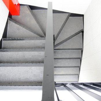 こちらの階段で3階まで。