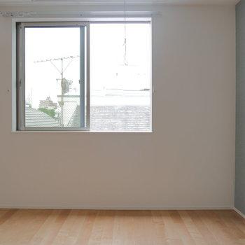 南向きの窓で陽当たり良好です。