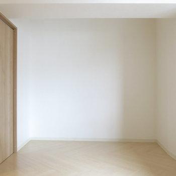 ヘリンボーン調の床がかわいいですね!