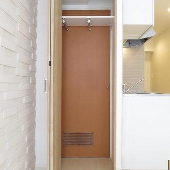 収納奥には当時のドアが残ったままですが開きません。