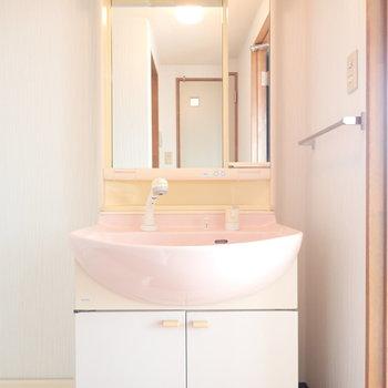 洗面台のピンクがレトロ。