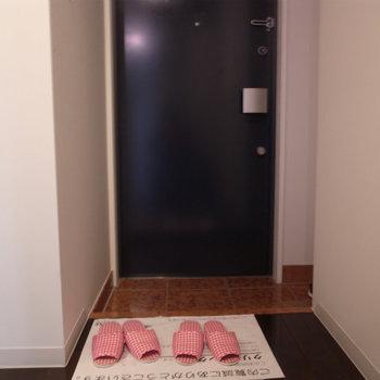 玄関はシンプル。シューズボックすもありますよ。 ※写真は別部屋