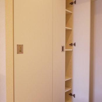 靴以外も置けるシューズBOX。※写真は3階の別部屋