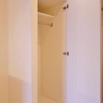 隣には上着を掛ける収納。※写真は3階の別部屋
