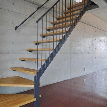 2階へはこの階段を上がってね♪いお部屋!。※写真は同一フロアの別部屋