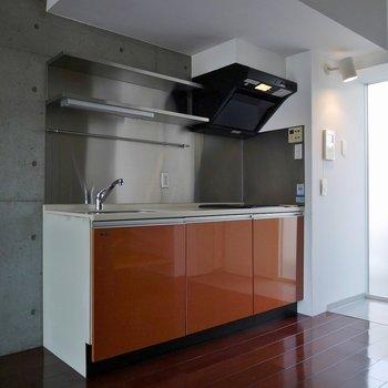 オレンジがアクセントのキッチンいお部屋!。※写真は同一フロアの別部屋