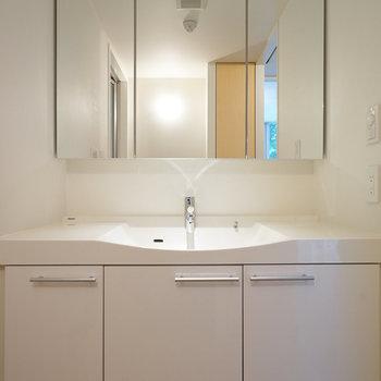 洗面台前は脱衣所にもなります。