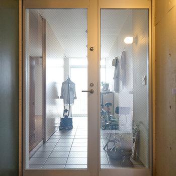 このガラスが玄関ドア。