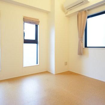 寝室はコルクの床です。