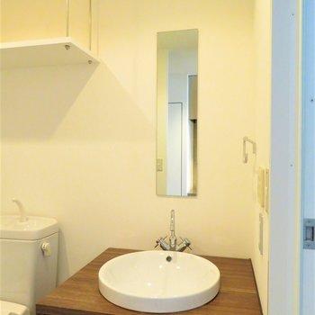 細い鏡とボウルのような洗面器
