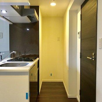 キッチン奥に冷蔵庫を。レンジはその上かな。※写真はクリーニング前の物です。