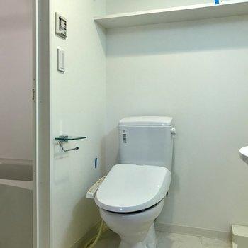 トイレ上に棚が!※写真はクリーニング前の物です。