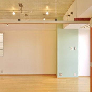 洋。室とリビングの天井は、吹き抜けです。※写真は同タイプの別室