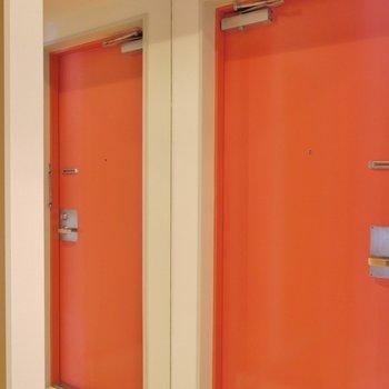 玄関には身だしなみチェックの大きな鏡。※写真は同タイプの別室