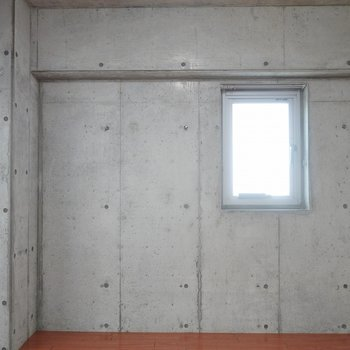 コンクリートとこのフローリングの相性バッチリ!※写真は同タイプの別室