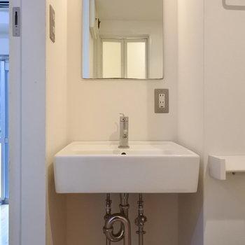 洗面はとってもシンプル。(※写真は7階の同間取り別部屋のものです)